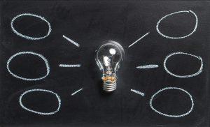 Mind mapping ampoule avec bulles tracées à la craie sur tableau noir